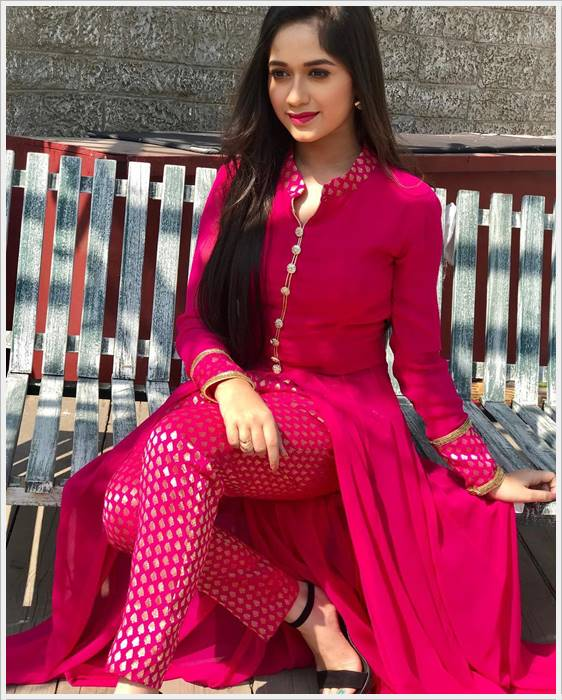 jannat zubair stylish pictures share in whatsapp facebook